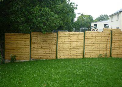 clôture-en-panneaux-bois-1-400x284