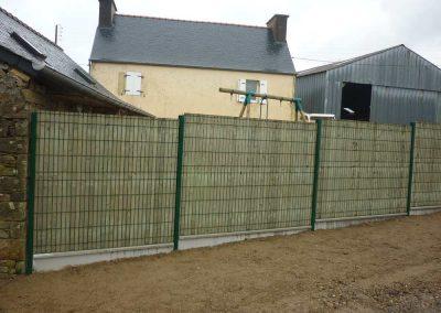 clôture-grillagée-avec-occultation-bois-400x284