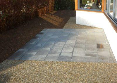 terrasse-avec-pavés-et-béton-lavé-400x284