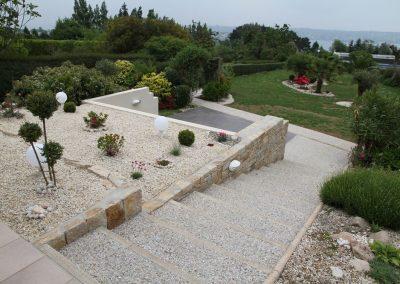 escalier-en-béton-lavé-et-plantation-400x284
